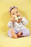 Leuke baby met stuk speelgoed stock foto's