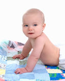 Leuke Baby op Dekbed Stock Foto's