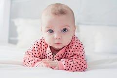 Leuke baby op het witte bed Stock Fotografie