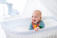 Leuke baby in wit kinderdagverblijf royalty-vrije stock foto's