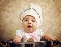 Leuke babychef-kok in een reusachtige ketel royalty-vrije stock foto
