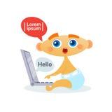 Leuke Babyjongen die Laptop Gelukkige het Beeldverhaalzuigeling die van de Computerpeuter in Luier gebruiken Internet surfen Royalty-vrije Stock Afbeelding