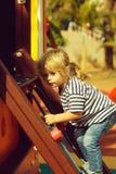 Leuke babyjongen die netto kabel of ladder beklimmen stock fotografie