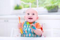Leuke babyjongen die op diner wachten Stock Foto's