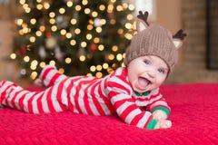 Leuke Babyjongen door Kerstboom royalty-vrije stock afbeeldingen
