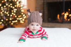 Leuke Babyjongen door Kerstboom royalty-vrije stock foto's