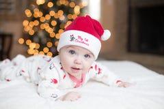 Leuke Babyjongen door Kerstboom stock fotografie