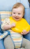 Leuke babyjongen klaar aan het voeden Stock Foto's