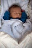 Leuke babyjongen snel in slaap binnen zijn voederbak Stock Afbeeldingen