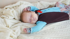 Leuke Babyslaap in bed stock videobeelden