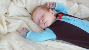 Leuke Babyslaap in bed stock video
