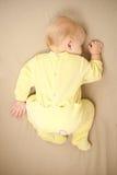 Leuke babyslaap op bed Stock Fotografie