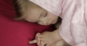 Leuke babyslaap op het bed thuis Meisjeslaap in ochtendlicht stock video