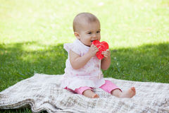 Leuke babyzitting op deken bij park Stock Fotografie