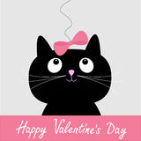 Leuke beeldverhaal zwarte kat met roze boog. De gelukkige kaart van de Valentijnskaartendag. Stock Foto