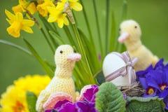 Leuke bloemendecoratie met paasei stock foto's