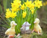 Leuke bloemendecoratie met paasei stock fotografie