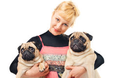 Leuke blonde holding twee pugs royalty-vrije stock foto's