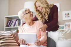 Leuke blondekleindochter met grootmoeder Royalty-vrije Stock Foto's