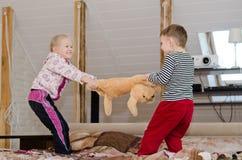 Leuke broer en zuster die een touwtrekwedstrijd hebben Royalty-vrije Stock Foto