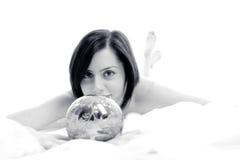 Leuke bruid met zilveren magische bal Stock Afbeeldingen