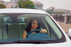 Leuke brunette en luxeauto Royalty-vrije Stock Fotografie