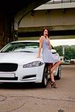 Leuke brunette en luxeauto Royalty-vrije Stock Afbeelding