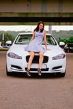 Leuke brunette en luxeauto Royalty-vrije Stock Foto's