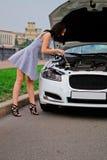 Leuke brunette en luxeauto Stock Foto