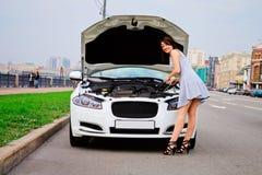 Leuke brunette en luxeauto Stock Fotografie