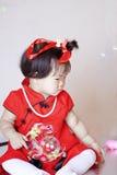 Leuke Chinees weinig baby in de rode zeepbels van het cheongsamspel Stock Foto