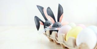 Leuke creatieve foto met paaseieren, sommige eieren als Paashaas Stock Foto