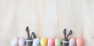 Leuke creatieve foto met paaseieren, sommige eieren als Paashaas Stock Afbeeldingen