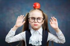 Leuke de Glazengreep Apple van de Schoolmeisjeslijtage op Hoofd royalty-vrije stock afbeelding