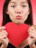 Leuke de vrouwenkus van de Dag van Valentijnskaarten Stock Foto