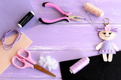 Leuke die pop keychain met knopen wordt verfraaid Levering voor het naaien van zacht stuk speelgoed Ambachten voor jonge geitjes Stock Afbeeldingen