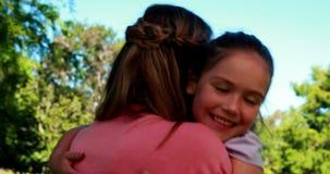Leuke dochter die aan haar moederswapens lopen stock video