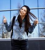 Leuke donkerbruine tiener in hoed, student buiten bij de bedrijfsbouw Royalty-vrije Stock Afbeeldingen
