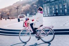 Leuke donkerbruine vrouwelijke zitting op haar fiets stock foto's