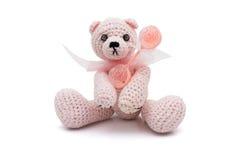 Leuke eigengemaakte teddybeer met babyrammelaar stock foto's