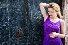 Leuke elegante vrouw dichtbij grungy muur royalty-vrije stock afbeeldingen