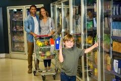 Leuke familie die kruidenierswinkel doen die samen winkelen Stock Foto's