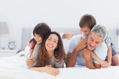 Leuke familie die samen liggen royalty-vrije stock afbeelding