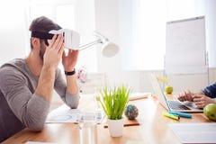 Leuke freelancers gebruiken gadgets voor rust Royalty-vrije Stock Foto's