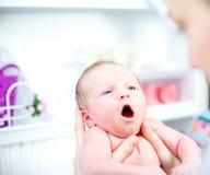 Leuke geeuwende uiterst kleine baby Stock Foto