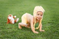 Leuke gelukkig glimlachend weinig babymeisje in gele kleding en grappig Stock Afbeeldingen