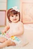Leuke gelukkige 1 éénjarige babymeisje het spelen met houten speelgoed thuis Royalty-vrije Stock Afbeelding
