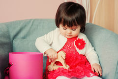 Leuke gelukkige 1 éénjarige babymeisje het spelen met houten speelgoed thuis Stock Afbeeldingen
