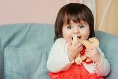 Leuke gelukkige 1 éénjarige babymeisje het spelen met houten speelgoed thuis Royalty-vrije Stock Foto