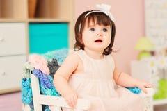 Leuke gelukkige 1 éénjarige babymeisje het spelen met houten speelgoed thuis Stock Foto